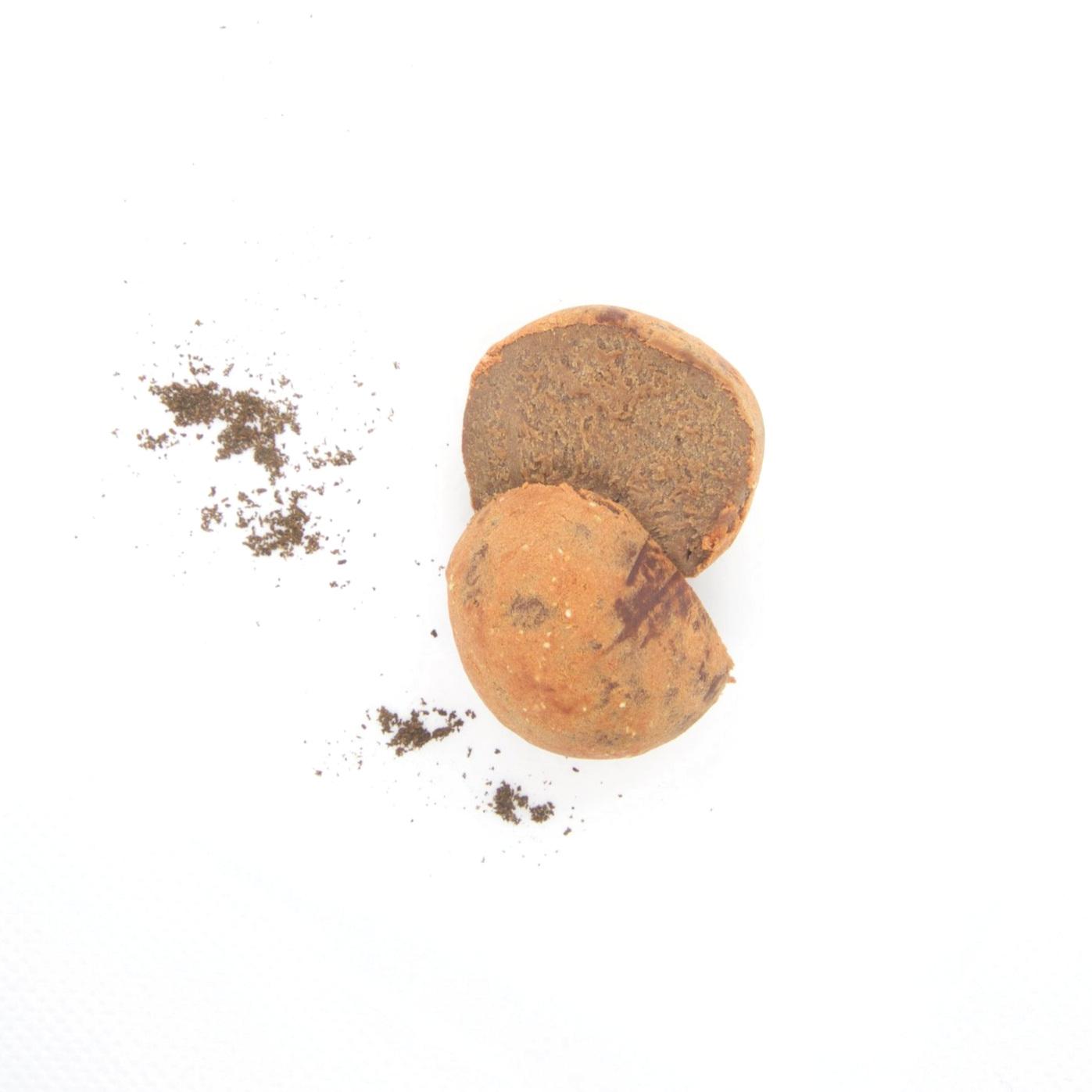 RAW VEGAN TRYFFEL - JORDGUBB 40X15g   Ingredienser:   CASHEWNÖTTER*, agave sirap*, kakaosmör*, kakaopulver*, torkad jordgubb*, Bourbon vanilj*, pink Himalaya salt *= ekologisk produkt   (kan innehålla spår av mandel & hasselnötter)   Näringsvärde (100g):   Energi (kj/kcal) 1961/468 Fett 30,5g varav mättad 10,17g Kolhydrater 48,8g varav sockerarter 32,5g Fibrer 4,49g Protein 7g Salt 0,14g