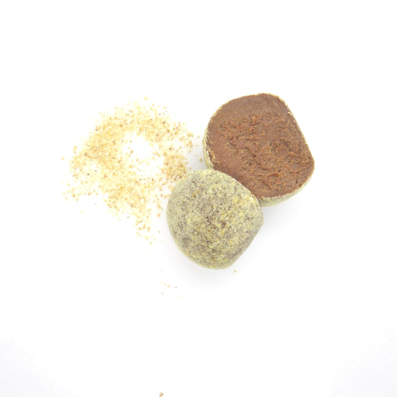 RAW VEGAN TRYFFEL - APELSIN 40x15g   Ingredienser:   CASHEWNÖTTER*, agave sirap*, kakaosmör*, kakaopulver*, torkad apelsin*, Bourbon vanilj*, pink Himalaya salt *= ekologisk produkt (kan innehålla spår av mandel & hasselnötter)  Näringsvärde (100g):   Energi (kj/kcal) 1961/468 Fett 30,5g varav mättad 10,17g Kolhydrater 48,8g varav sockerarter 32,5g Fibrer 4,49g Protein 7g Salt 0,14g