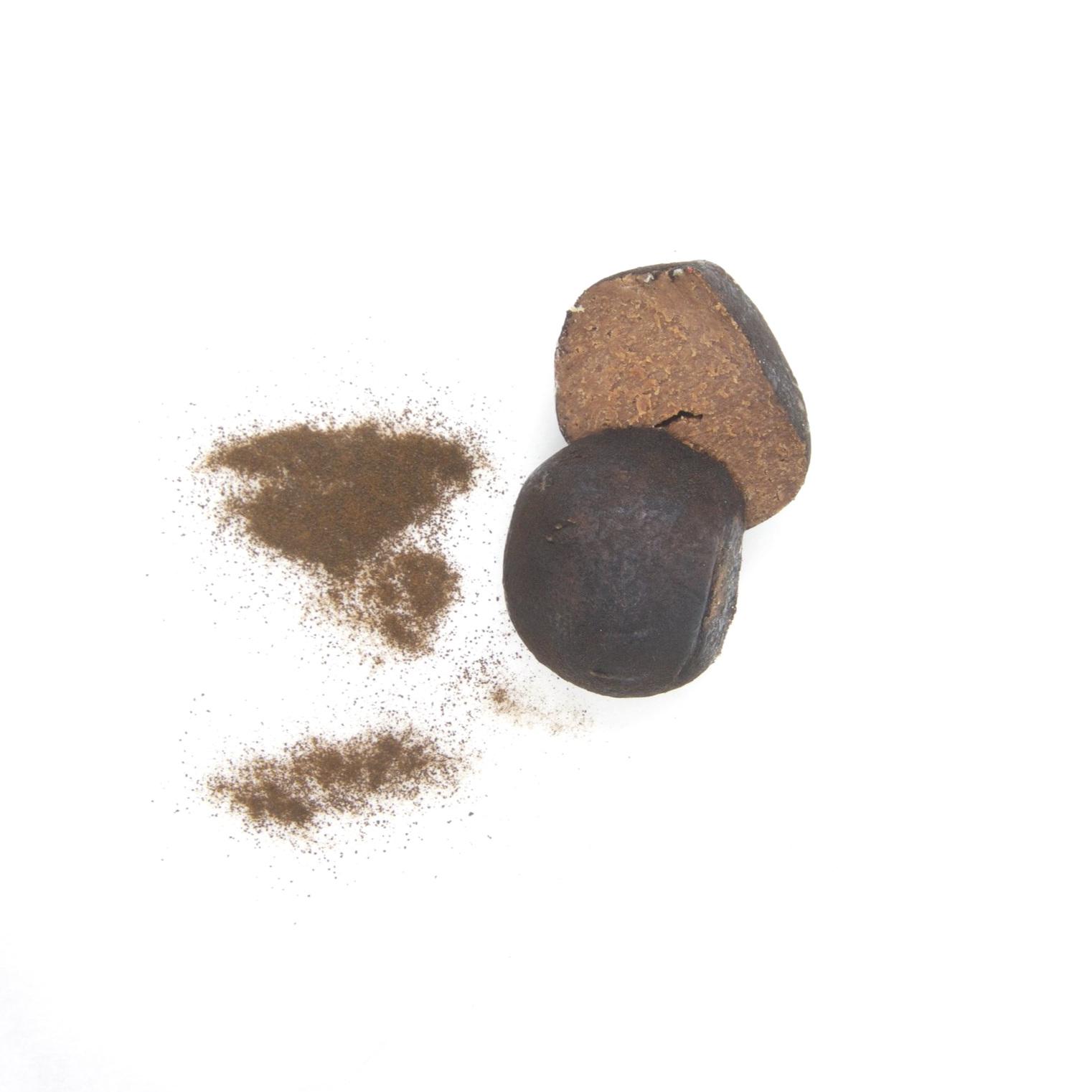 RAW VEGAN TRYFFEL - LAKRITS 40x15g   Ingredienser:   CASHEWNÖTTER*, agave sirap*, kakaosmör*, kakaopulver*, lakritspulver*, Bourbon vanilj*, pink Himalaya salt *= ekologisk produkt  (kan innehålla spår av mandel & hasselnötter)   Näringsvärde (100g):   Energi (kj/kcal) 1961/468 Fett 30,5g varav mättad 10,17g Kolhydrater 48,8g varav sockerarter 32,5g Fibrer 4,49g Protein 7g Salt 0,14g