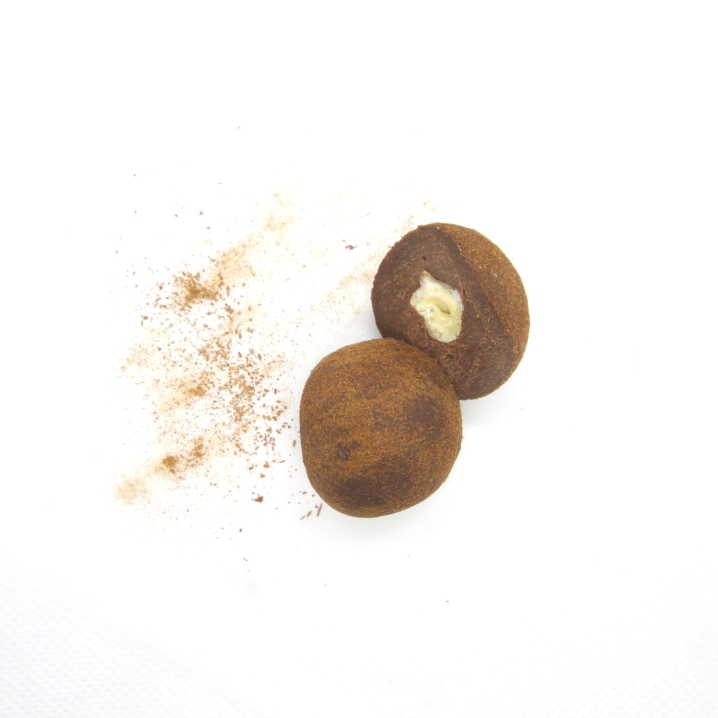 RAW VEGAN TRYFFEL - HASSELNÖT/KANEL 20/20X15G    Ingredienser:   HASSELNÖTTER*, a gave sirap*, kakaosmör*, kakaopulver*,Bourbon vanilj*, kanel*, pink Himalaya salt *= ekologisk produkt (kan innehålla spår av mandel & cashewnötter)    Näringsvärde (100g):   Energi (kj/kcal) 1773/427 Fett 34,37g varav mättad 8,34g Kolhydrater 25,47g varav sockerarter 20,55g Fibrer * 5,47g Protein 5,72g Salt 0,16g
