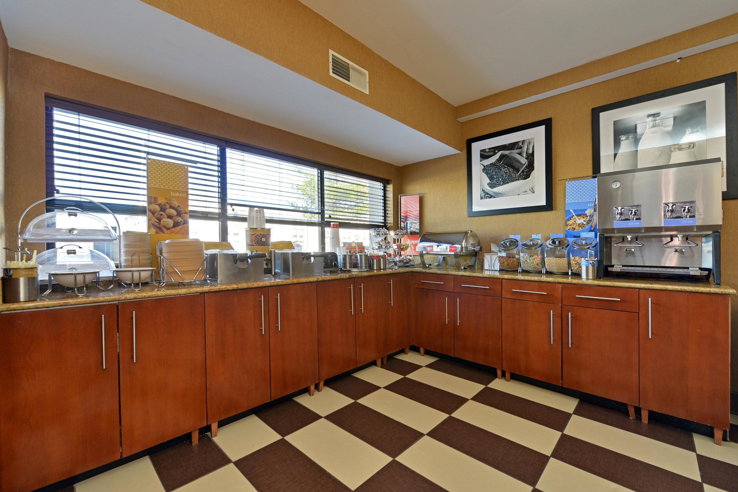 Hampton inn breakfast room.jpg