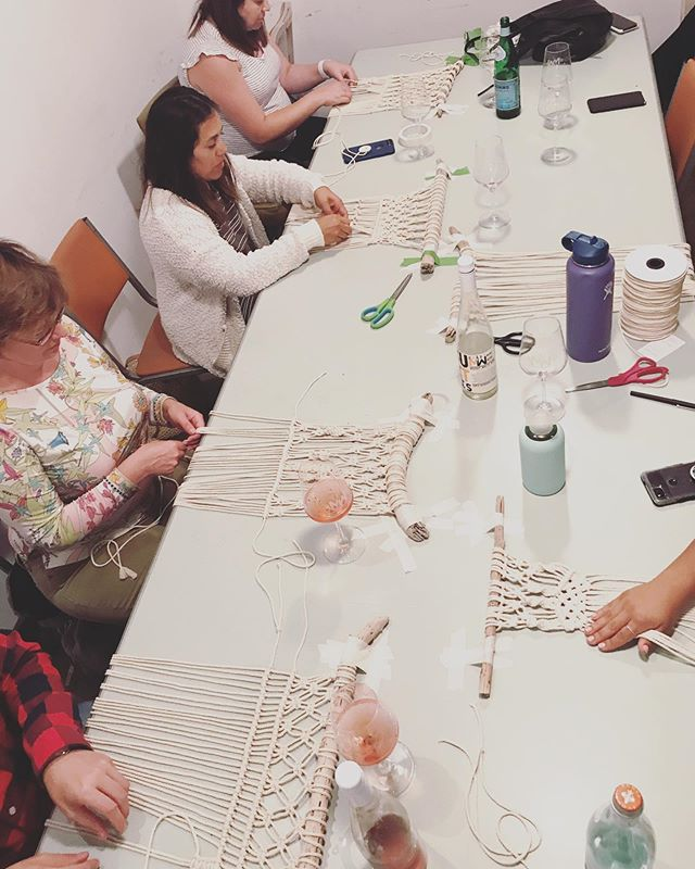 A little flash back to my last Macrame Wall Hangings workshop @muniwine  I had an incredible time teaching and watching everyone's own style evolve.  If you are intrigued click the link in my bio for more information on the next wallhanging workshop! 8/31 with @rad_night  See you soon ♥️
