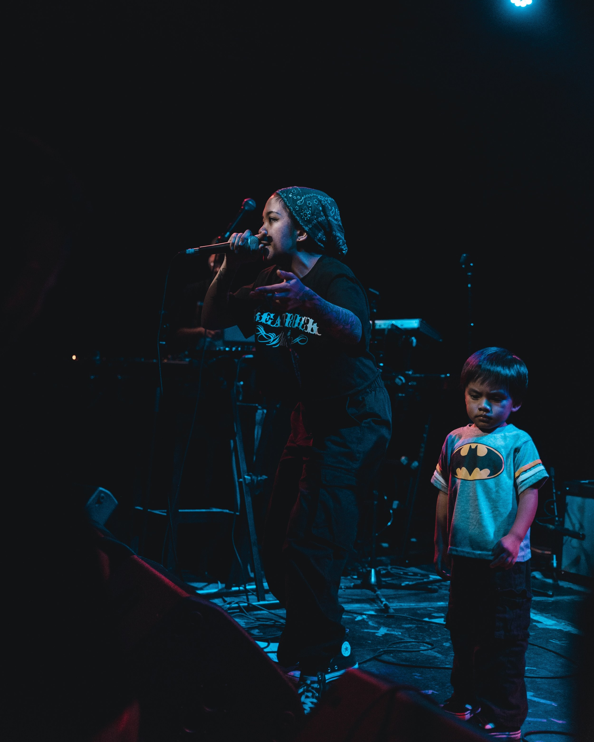 Klassy performing on stage with her son, Enok | Photo by @davidregoso