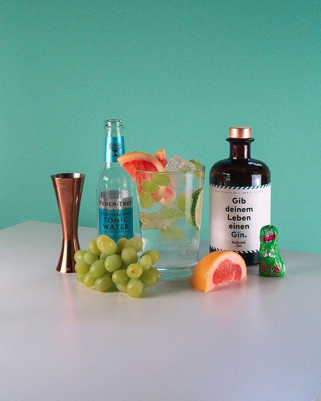 Frohe Ostern wünschen wir Euch mit unserem SPRING TONIC: _ 4 cl @flaschenpostgin  _ mit @fevertree_de Mediterranean Tonic auffüllen  Garnitur: Grapefruit, Limette, Trauben  Prost ☀️🍹🐣 #flaschenpostgin #froheostern