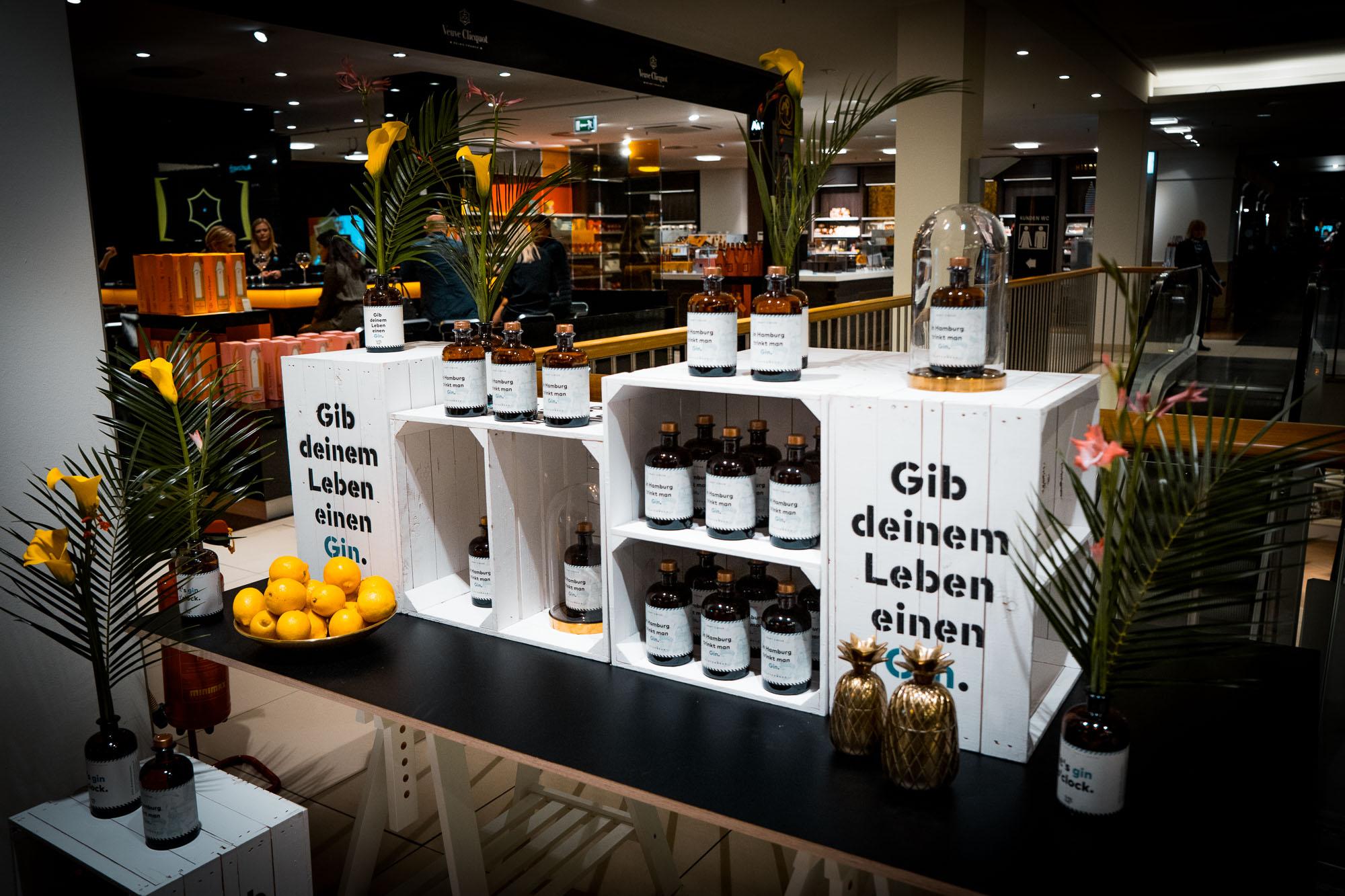 Wo kann man unseren Flaschenpost Gin kaufen? - Unser Flaschenpost Gin ist deutschlandweit im gut sortierten Fachhandel, im Feinkosthandel, sowie in unserem Manufaktur Shop und bei amazon.de erhältlich!