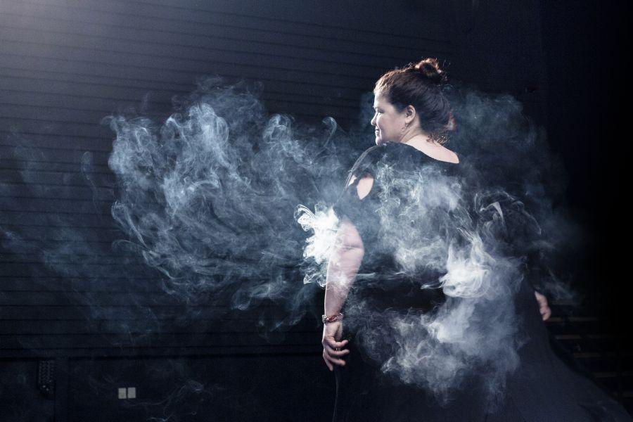 La pianiste Alison Smith mise en fumée dans It finishes when it finishes…