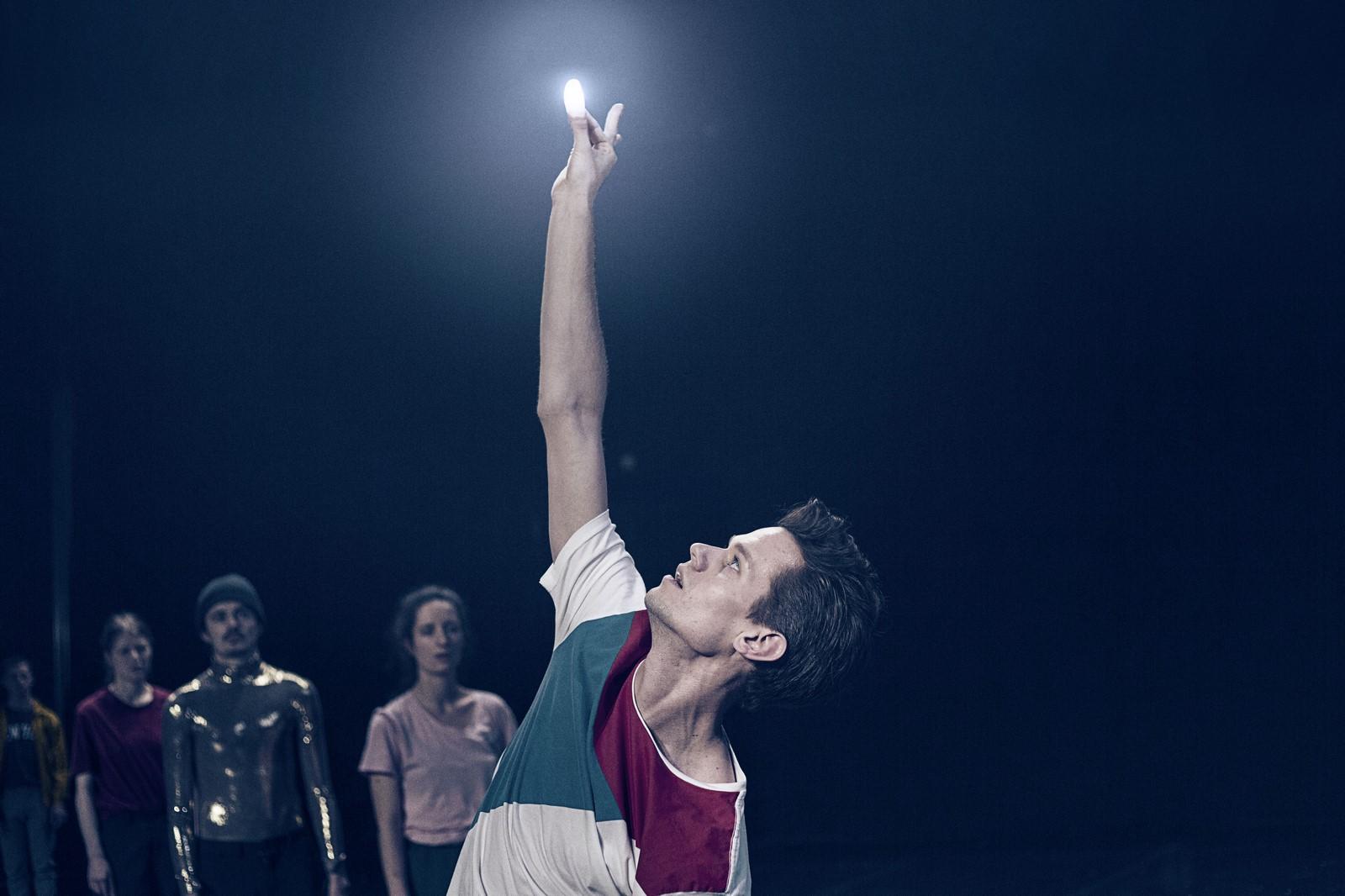 Des lumières magiques pour la chorégraphie du danseur Alexander Staeger dirigé par Ioannis Mandafounis.