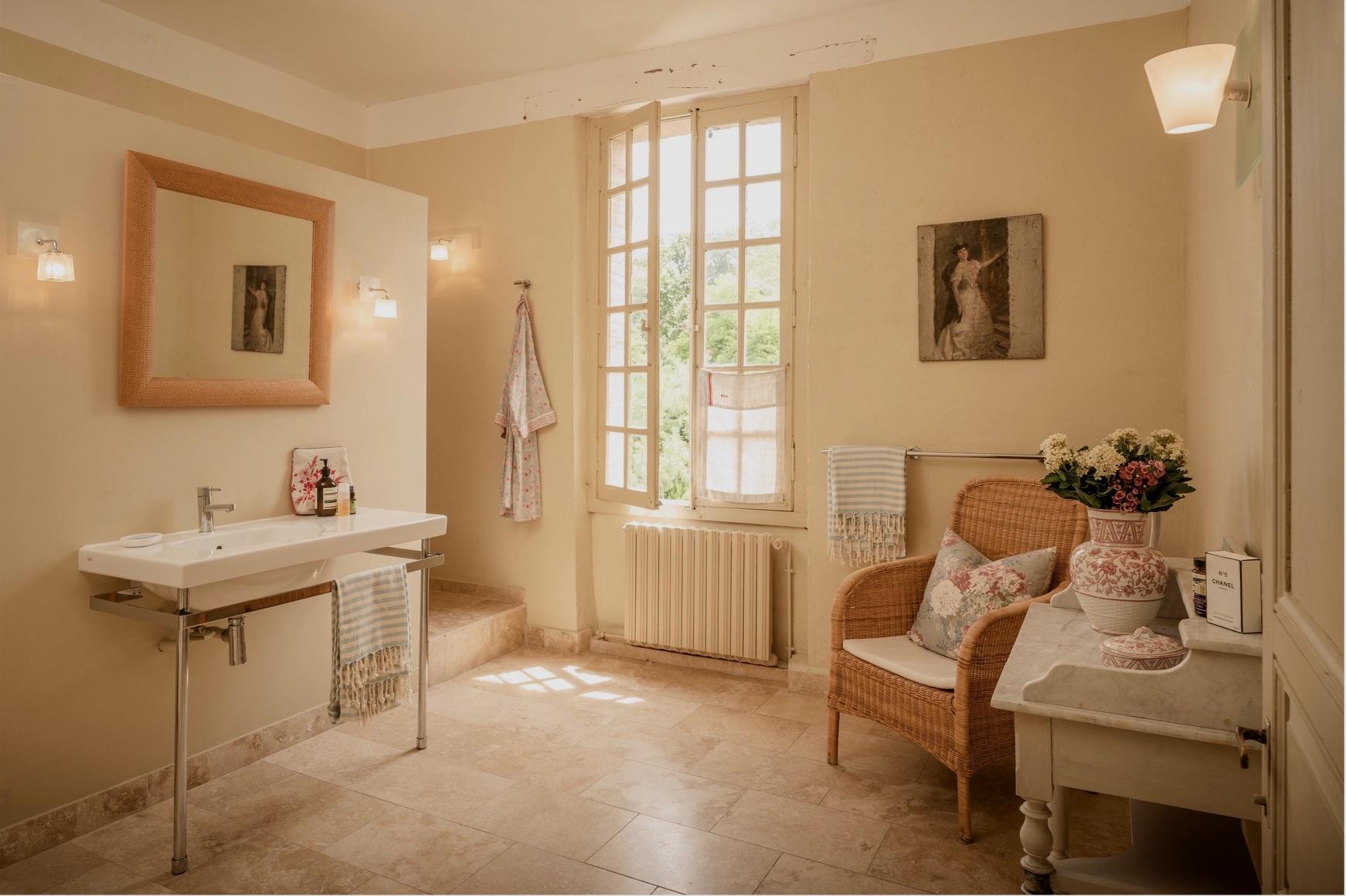 Le Perchoir-montpezatbathroom.JPG