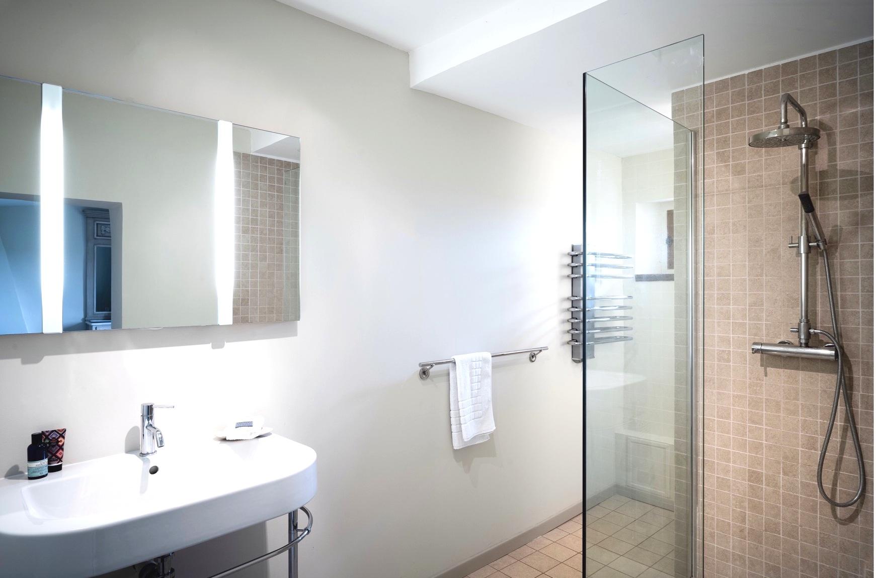 Lakeview bathroom.JPG