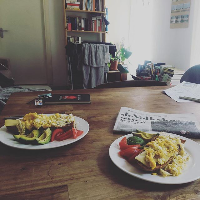 """Tijdens mijn @leidscabaretfestival vijfdaagse in Amsterdam verblijf ik in z'n zonovergoten kasteel en dan zegt hij """"we kunnen lunchen maar ik kan ook snel iets klaar maken hoor"""". wat een koning is @jaspervanderveencomedian #endanooknogbestgrappig #tourlife #volkskrant #integratie"""