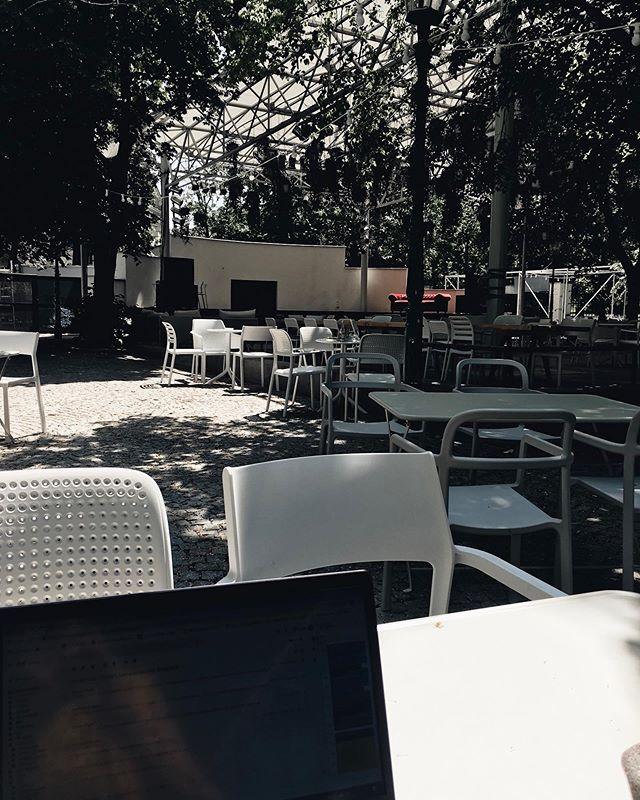Prázdná místa dnes můžete zaplnit výjimečně až od 16:00. O to víc se na vás ale těšíme už teď! . . . #gaucvestromovce #praha7 #vystaviste #stromovka #kultura #hudba #prirodavemeste #urbanmeetsnature #nebesazrostlin #barista #coworking #outofoffice