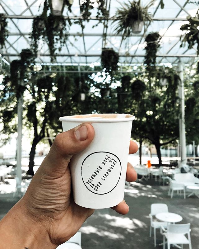 Máme kávu (výběrovou) do porcelánu, otočkelímku a papíru (ručně oraženého) 🌱 . . . . #gaucvestromovce #praha7 #stromovka #kultura #hudba #prirodavemeste #urbanmeetsnature #nebesazrostlin #barista #sweetcitycoffee #eco #recycleordie #kava #coffee #NEradejikavu #mnam