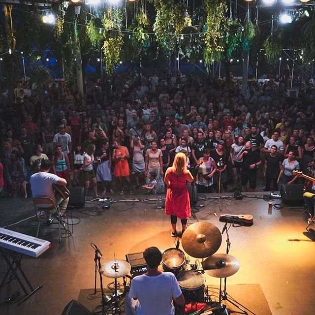 Jsme ještě trochu beze slov. Díky vám všem a @skupinajananas za tu energii, atmosféru a hudební katarzi! @mertlas . . . #vyprodano #jananas #dekujeme  #gaucvestromovce #praha7 #stromovka #kultura #hudba #prirodavemeste #urbanmeetsnature #nebesazrostlin