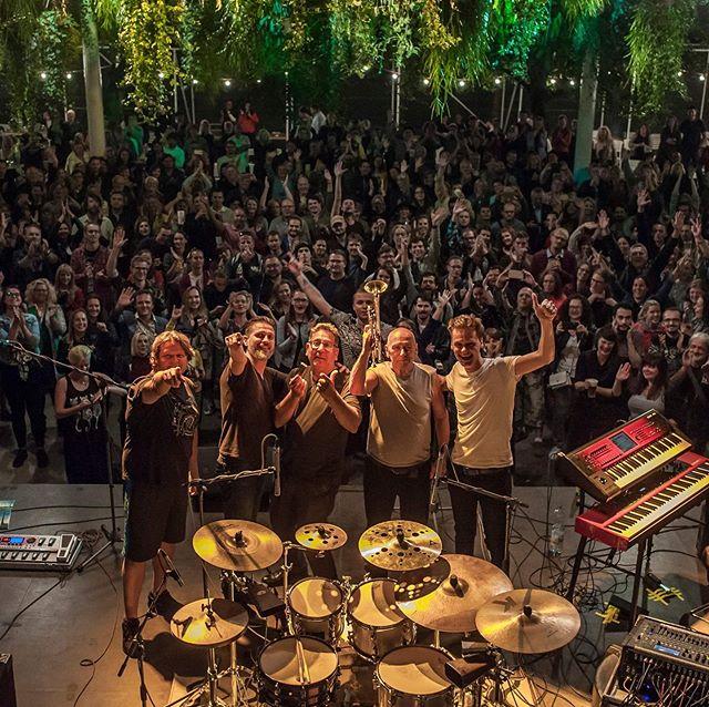Vyprodaný @lacodeczi na Gauči. 🎺 Děkujeme za krásný společný večer! ph. @fotobesi  #plný #Gauč #photozgauce #jazz #jazzman . . . . . #concert #music #openair #club #hudba #koncert #band #summer #atmosphere #culture #culturespaces #praha #prague