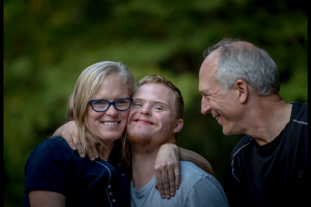 padres-con-hijo-con-discapacidad-1-1024x682.png