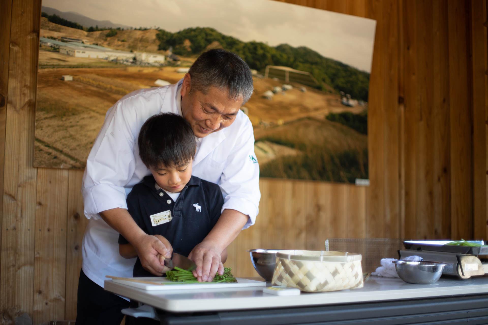 包丁の使い方を教える瀧村料理長と弟