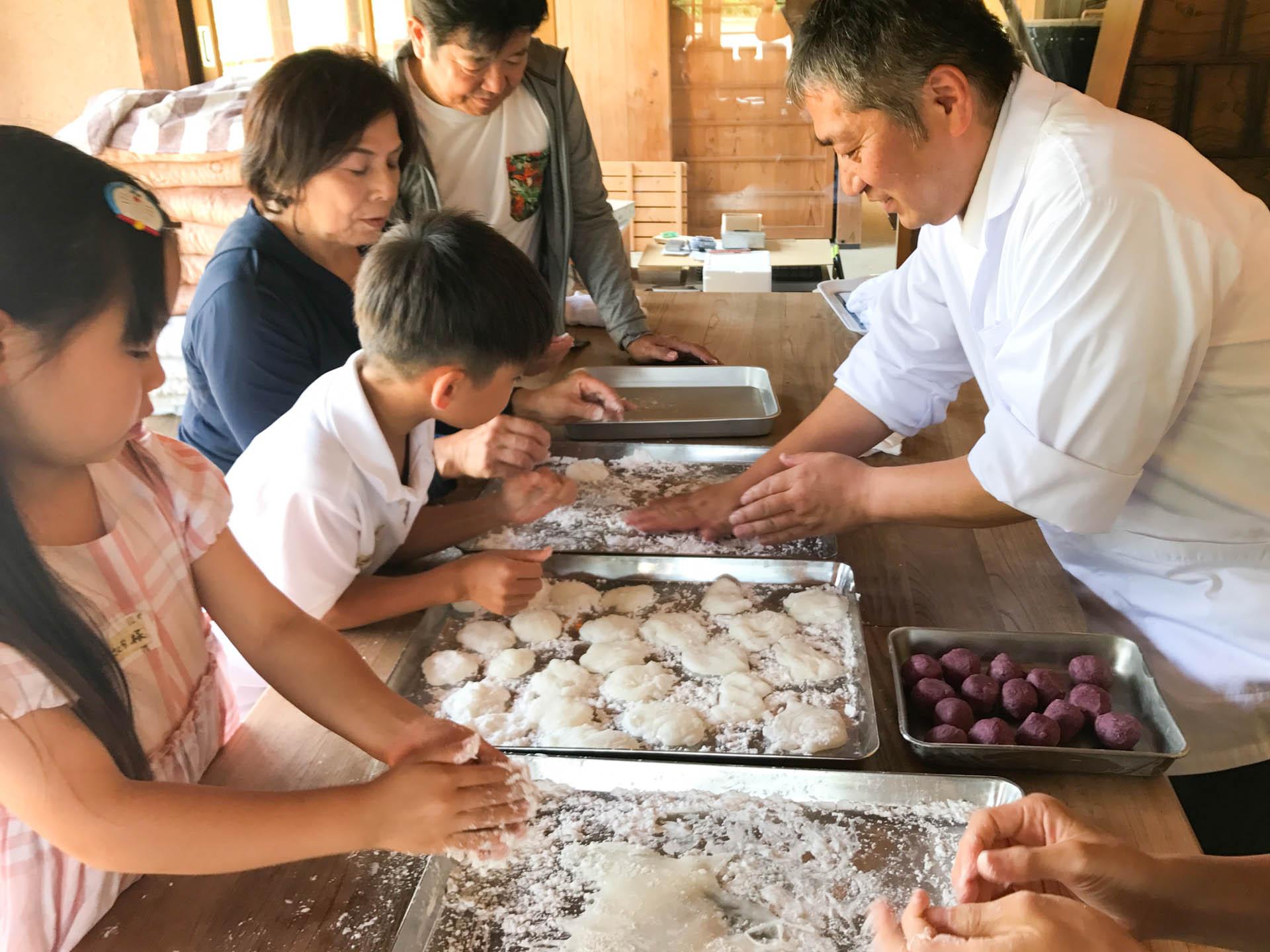 桑の実の餡を包み込む作業