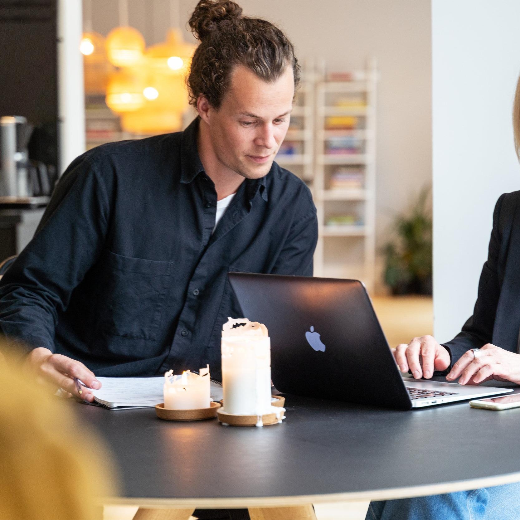 Rekruttering - Nye og Kloke Hoder har over 20 års erfaring med å finne flinke folk, og rekrutterer i dag til stillinger innen design, teknologi, kreative og kommersielle næringer.