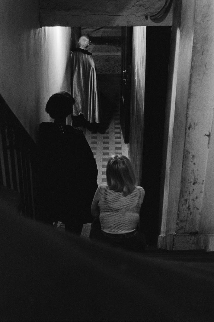 1.Rue des Lombards (Trois femmes du dos dans  l'escalier), 1976-1977