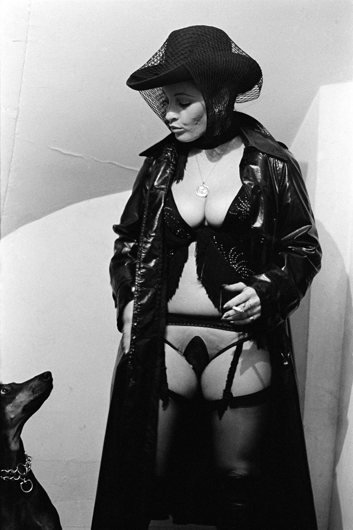 6. Rue des Lombards (Natasha pose avec chien), 1976-1977