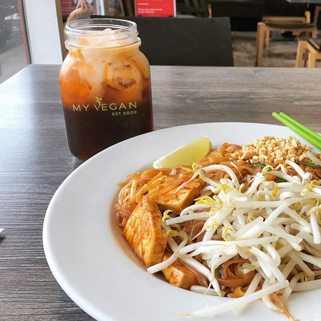 Vegan Thai tea, I choose you! Pad Thai said what about me. Me: I think you look like ketchup noodles. . . #veganeats #pasadena #ilovethaitea #myveganrestaurant #padthai #everydayisahappyday