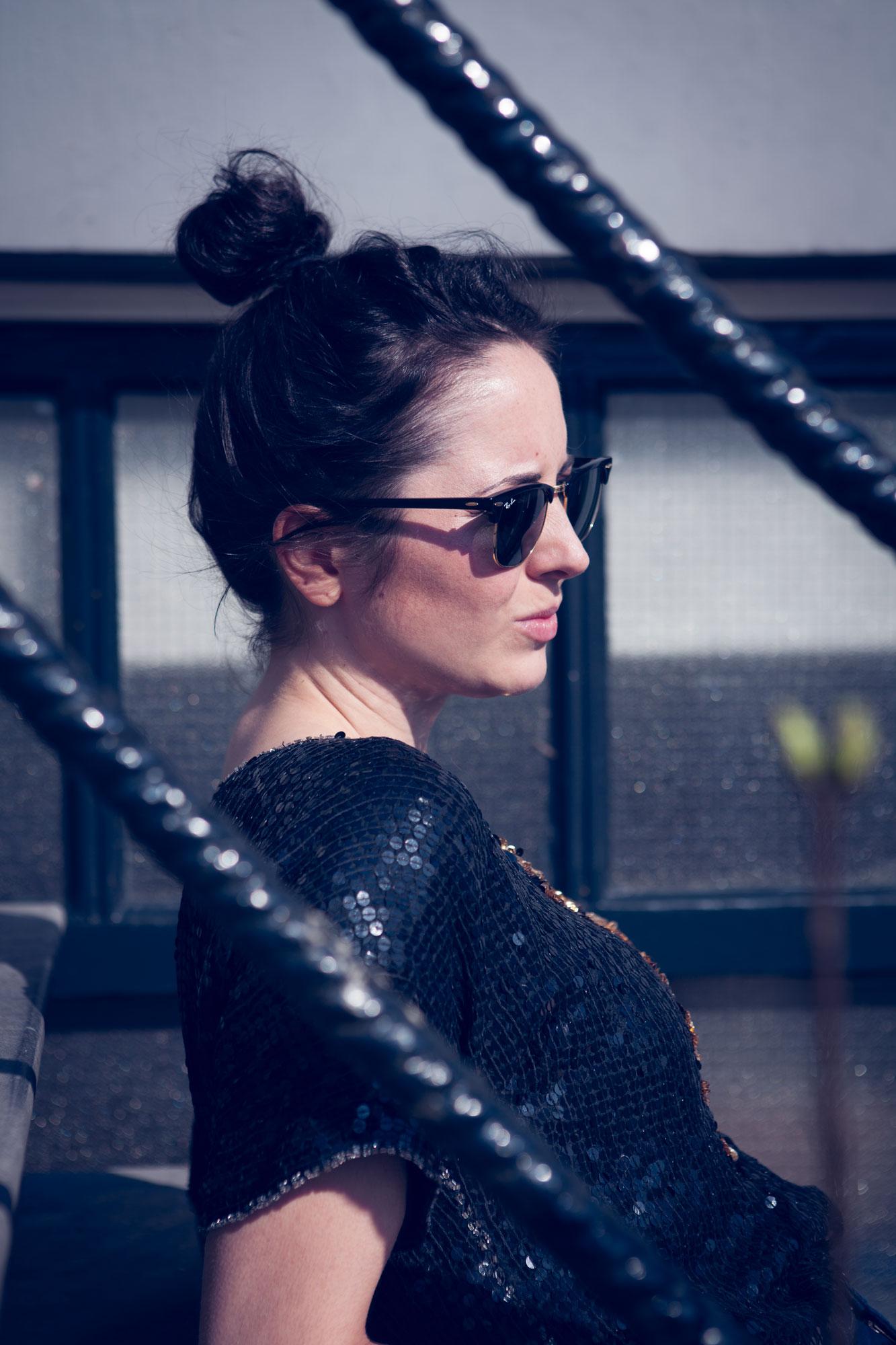 Laura buiten trapje zonnebril.jpg