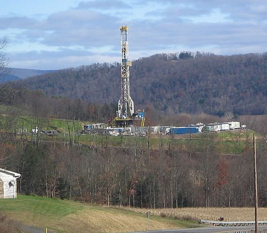 550px-Marcellus_Shale_Gas_Drilling_Tower_1_crop.jpg