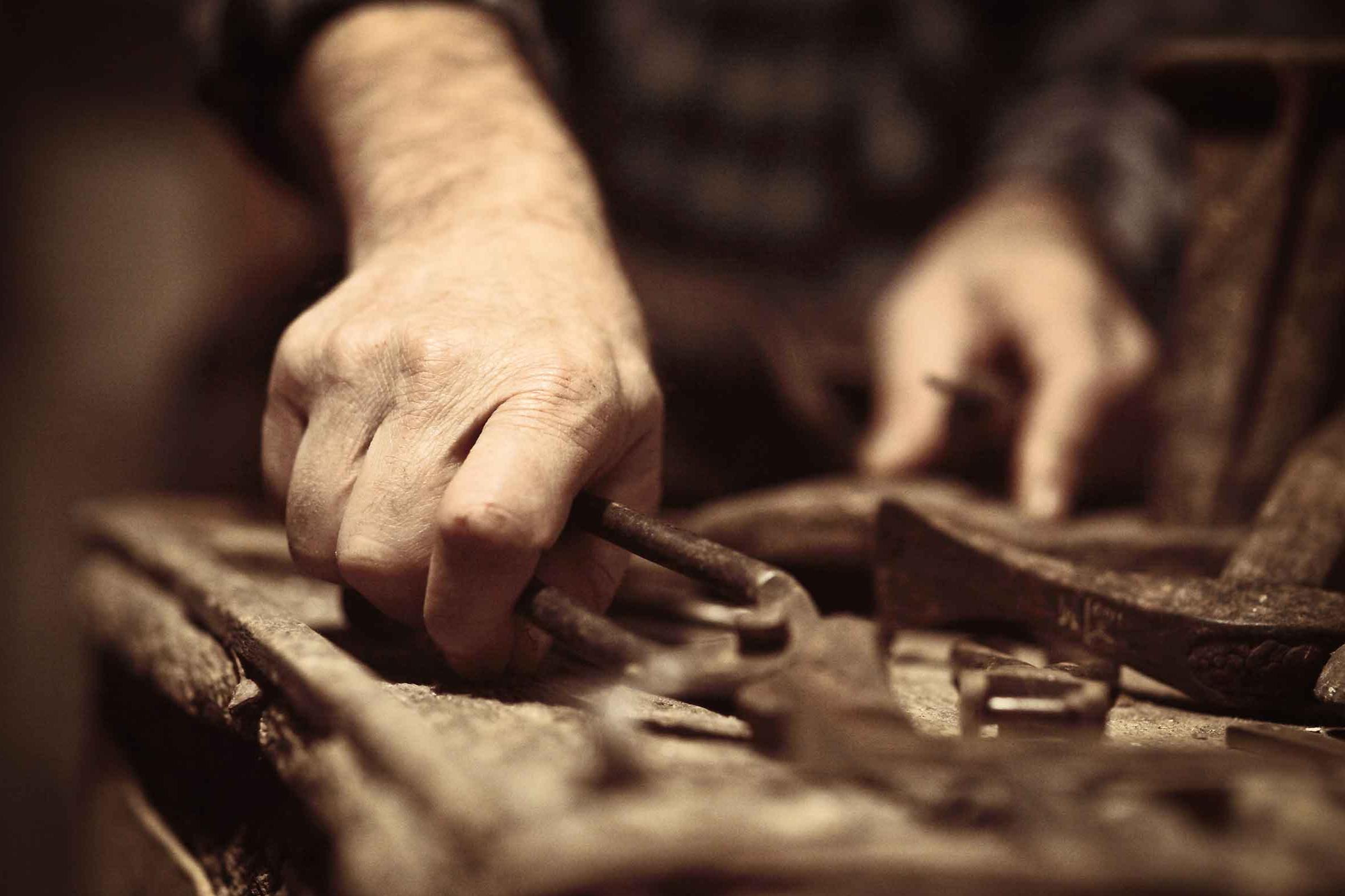 Un trabajo humano - Realizado con herramientas tradicionales y la habilidad y fuerza de las manos.En todo el proceso, desde el nacimiento de la idea hasta la presentación final de la pieza, esta involucrada la experiencia, imaginación, y atención al detalle que sólo una persona puede tener. Las máquinas están bien, pero para tocar el alma humana hace falta humanidad.