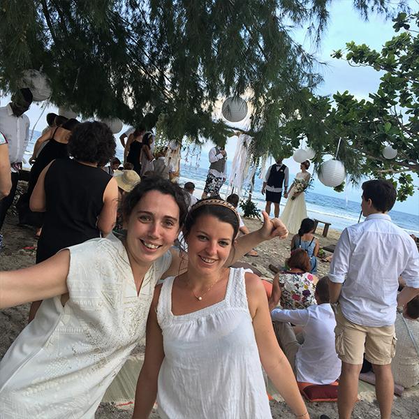 Catherine et Marine se cachent derrière cette magnifique célébration qui s'est prolongée, sur une visite de Bali.