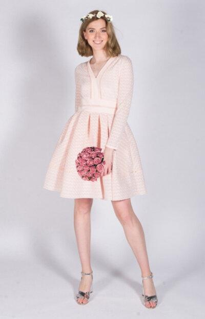 Location-vêtements-mariage-Jules-et-moi-robe-rose-courte-Maje-couronne.jpg