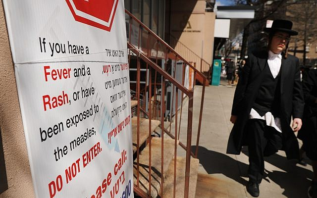 A sign warns people of measles in the ultra-Orthodox Jewish community in Williamsburg on April 10, 2019 in New York City. (Spencer Platt/Getty Images)