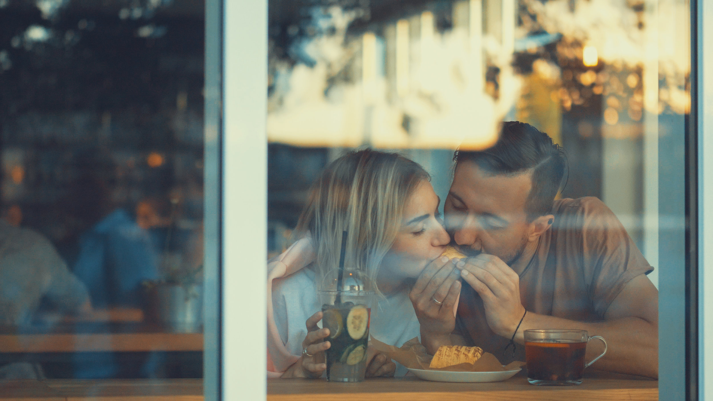 young-couple-in-a-cafe-PS527Y9.jpg