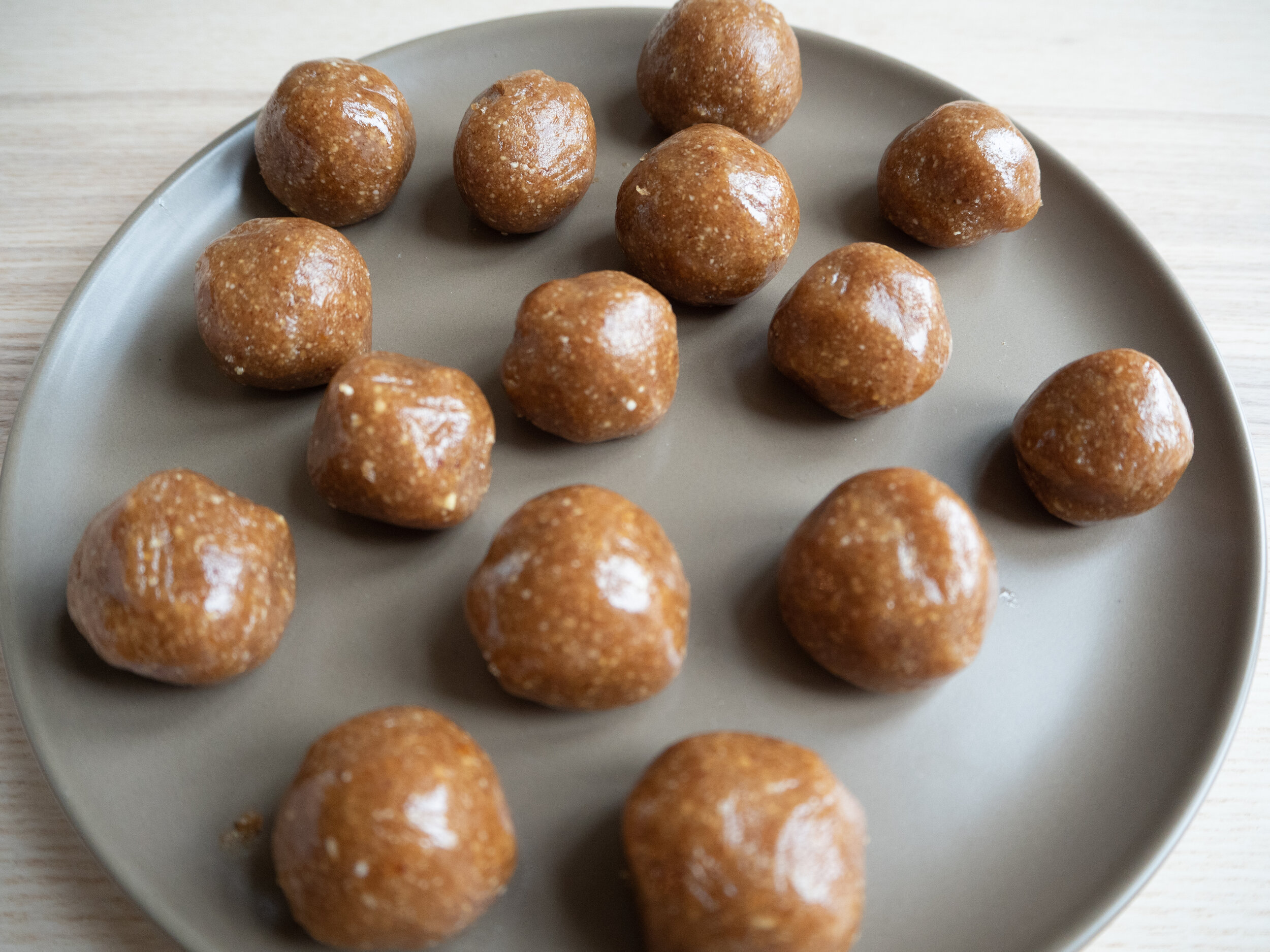 Raw kuler av valnøtt, dadler og kokosolje