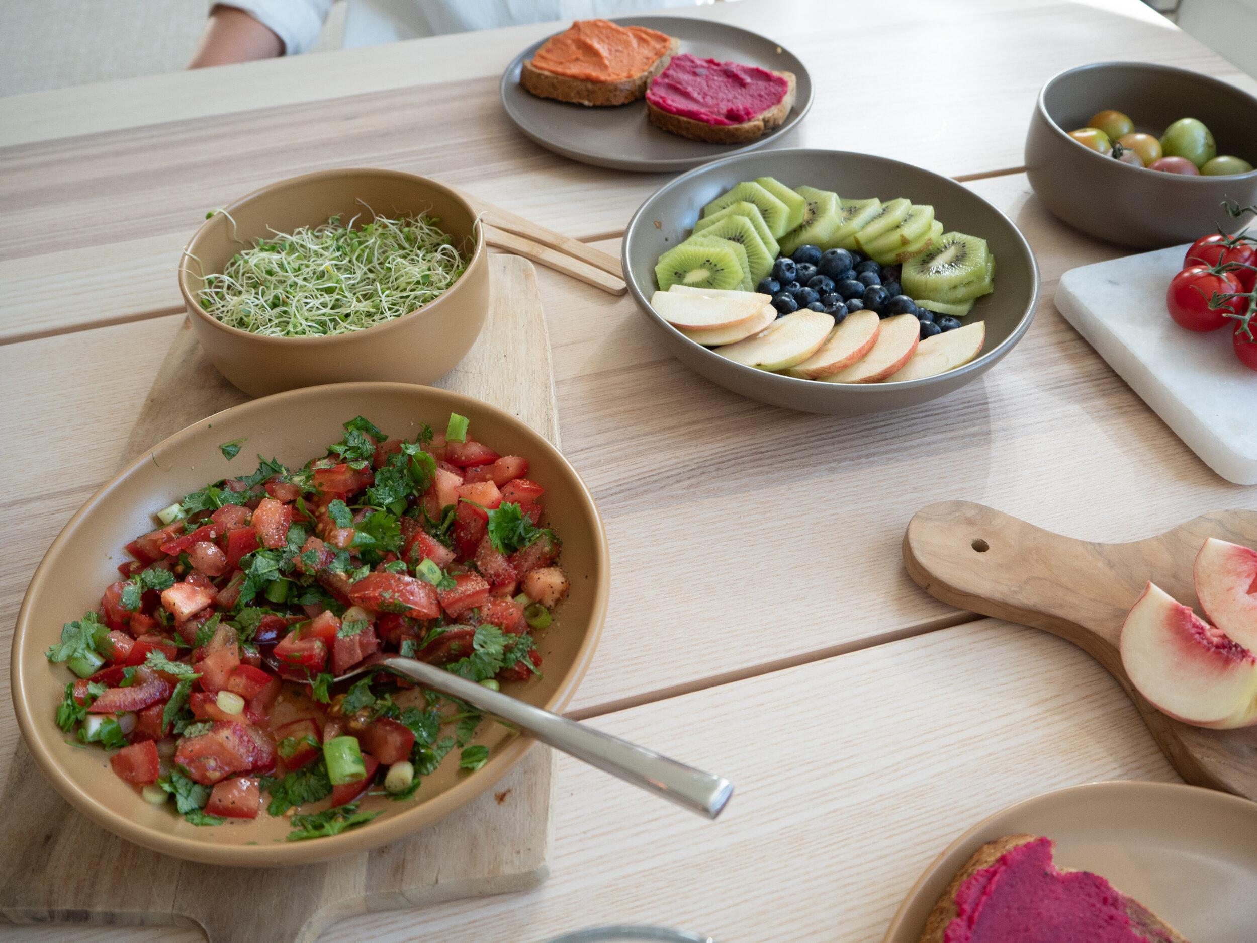 Bruschetta - - 2 bifftomater- 1 håndfull koriander- 1 håndfull vårløk- Salt- Pepper- God olivenoljeHakk opp tomater i små terninger. Vask og finhakk koriander og vårløk. Topp med litt salt, pepper og olivenolje. Voila!