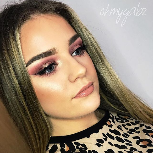 Living for this glam look playing with loads of my new @peachesmakeup products - 'She's All That' pigment on the eyes, 'Fudge' lipgloss, and used brushes PC17 for highlight, PC12 for sculpting brows, PC32 for browbone highlight, PC18 for cream contour, PC19 for foundation and PC30 for shadows. Such amazing products 😍 #peachesandcream #peachesmakeup