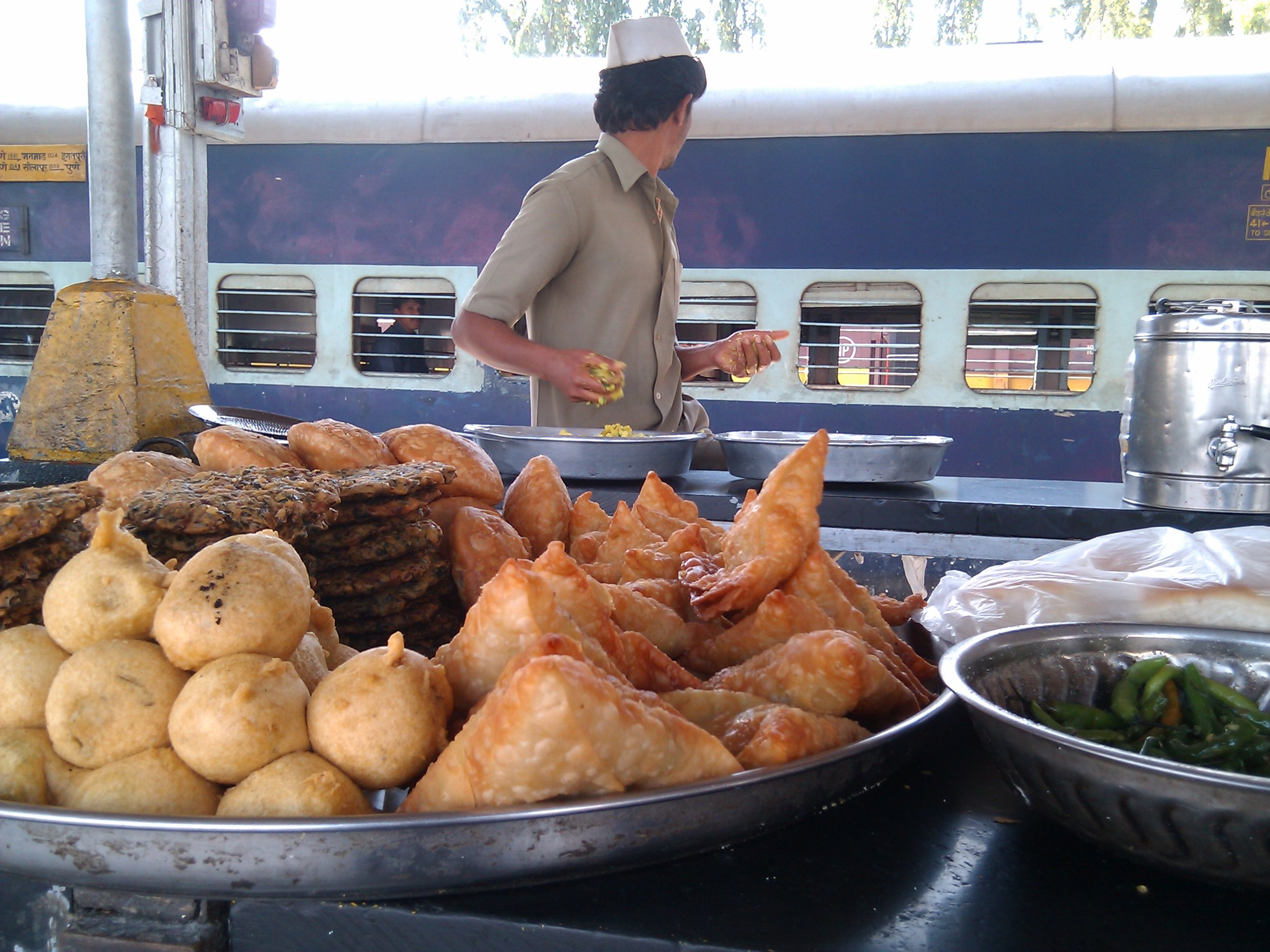 Bhopal-station-samosas.jpg