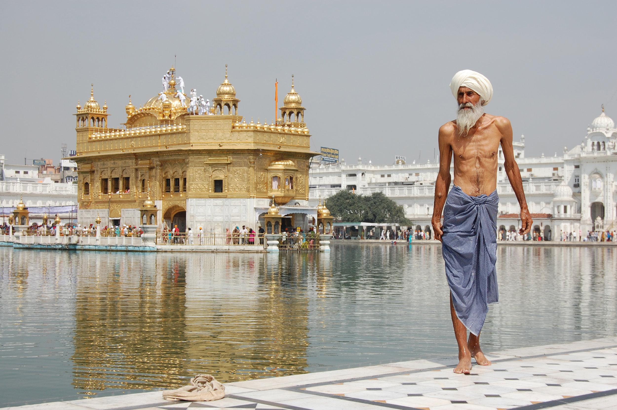 Sikh_pilgrim_at_the_Golden_Temple_(Harmandir_Sahib)_in_Amritsar,_India.jpg