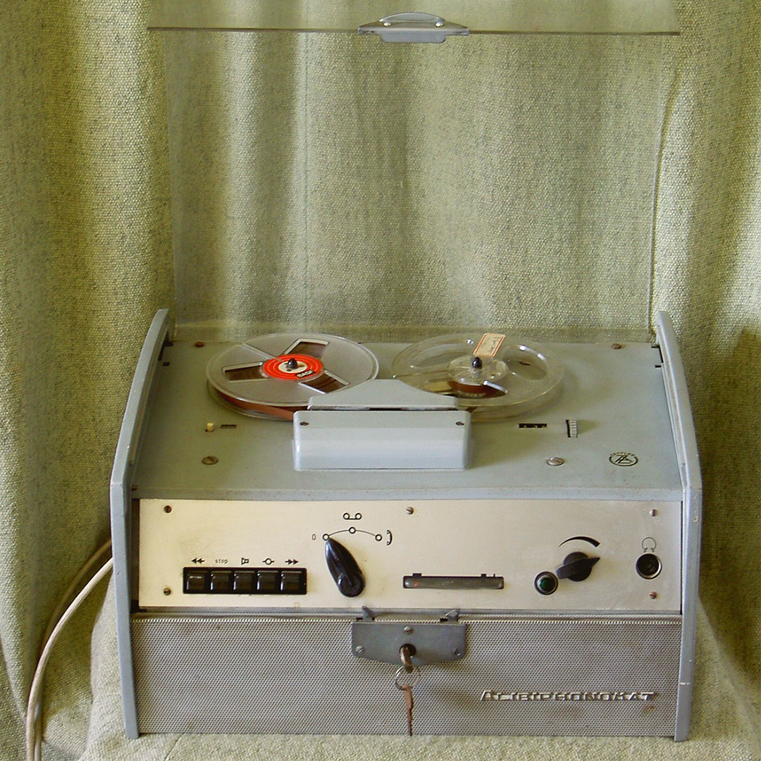 An  Alibiphonomat , one of the earliest answering machines.