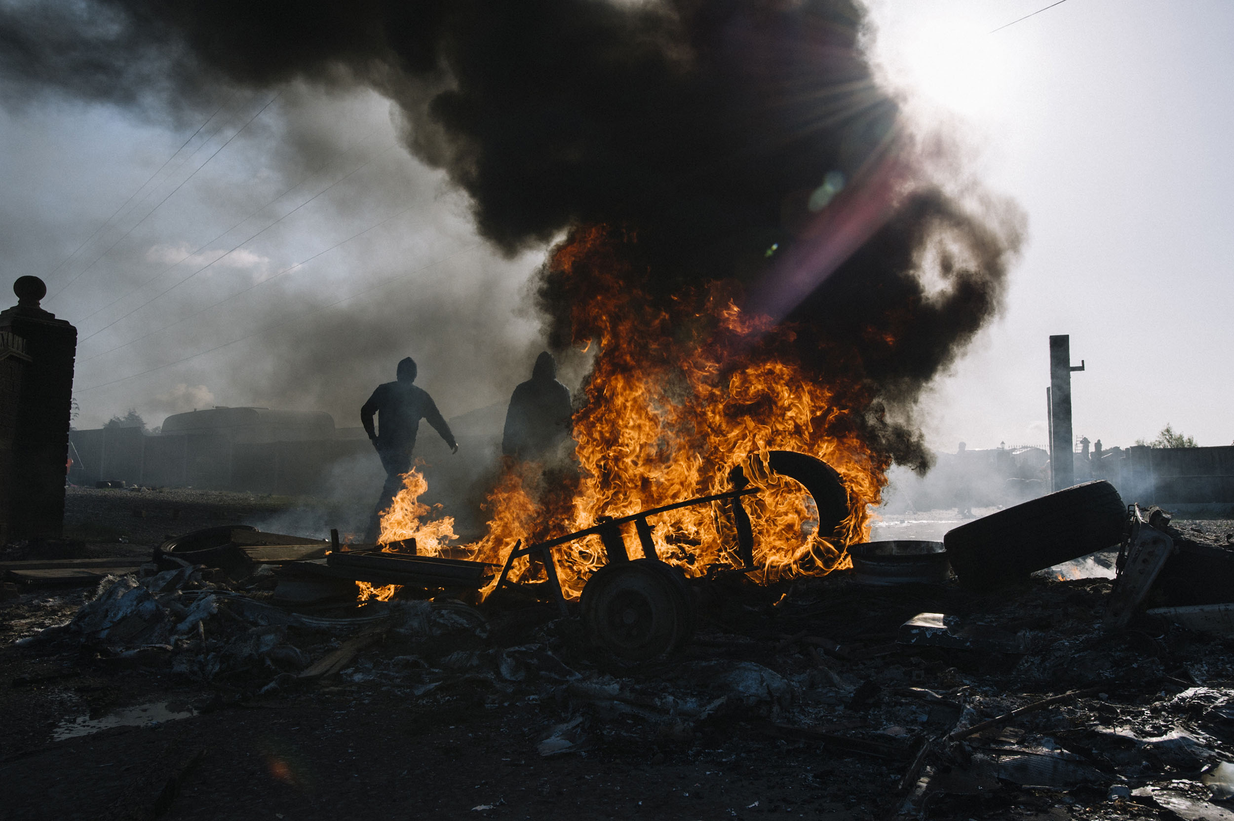 Activists attempt to hold police and bailiffs at bay. They set fire to existing barriers.