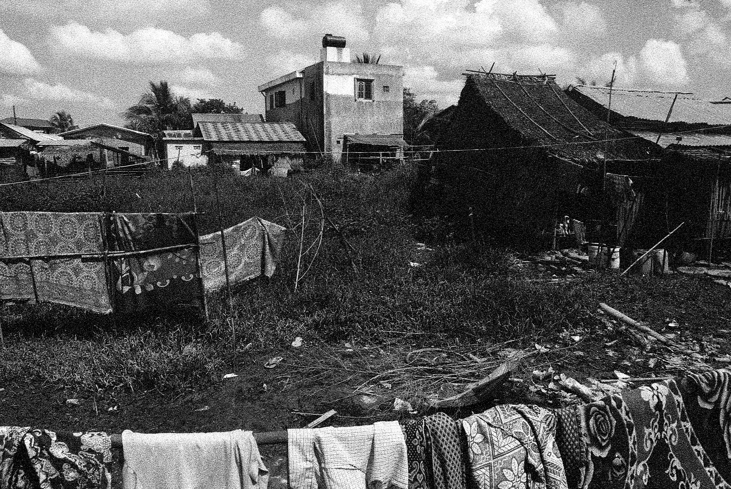 The illegal settlement of Dine Su is susceptible to exploitation by authorities.