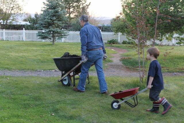 Kids-in-the-Garden-Dads-helper-640x427.jpg