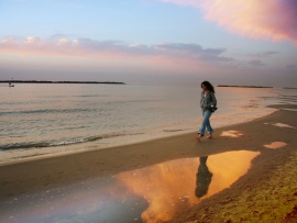 woman_walking_on_beach-t2.jpg