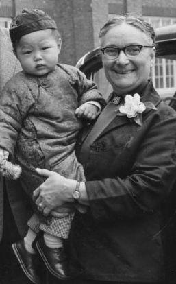 gladya-aylward-with-child.jpg