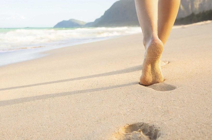 woman-walking-on-beach.Matéria-9-CAMINHAR-NA-PRAIA-É-TUDO-DE-BOM-E-TRAZ-MELHORIAS-IMPORTANTES-PARA-A-SAÚDE-2.jpg