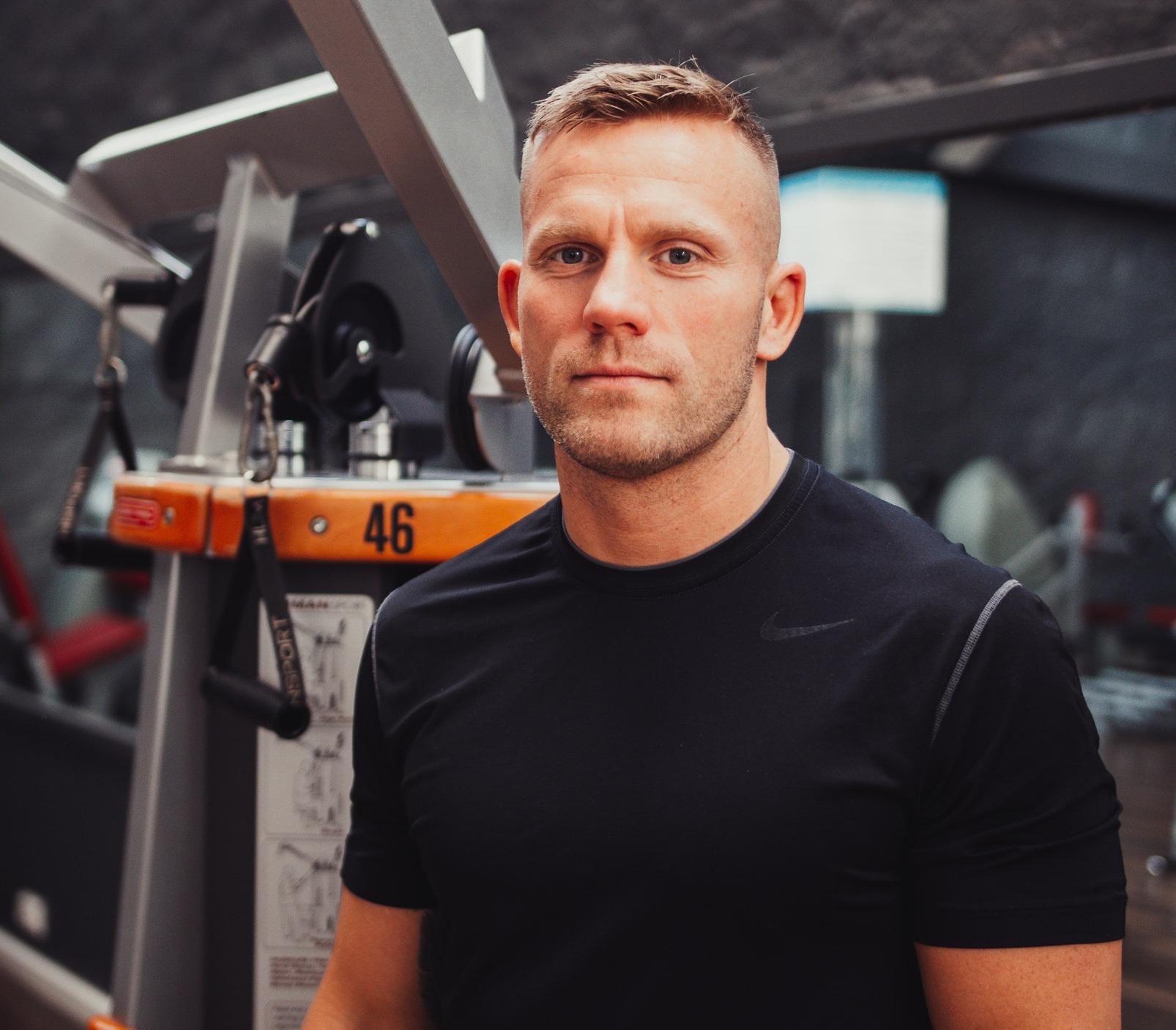 Tim - Hey Ich bin Tim, Fitness- und Personal Trainer und Inhaber des Team Hammerheads Fightcenter. Neben meinen Kursen und Training studiere ich Fitnessökonomie an der IST.