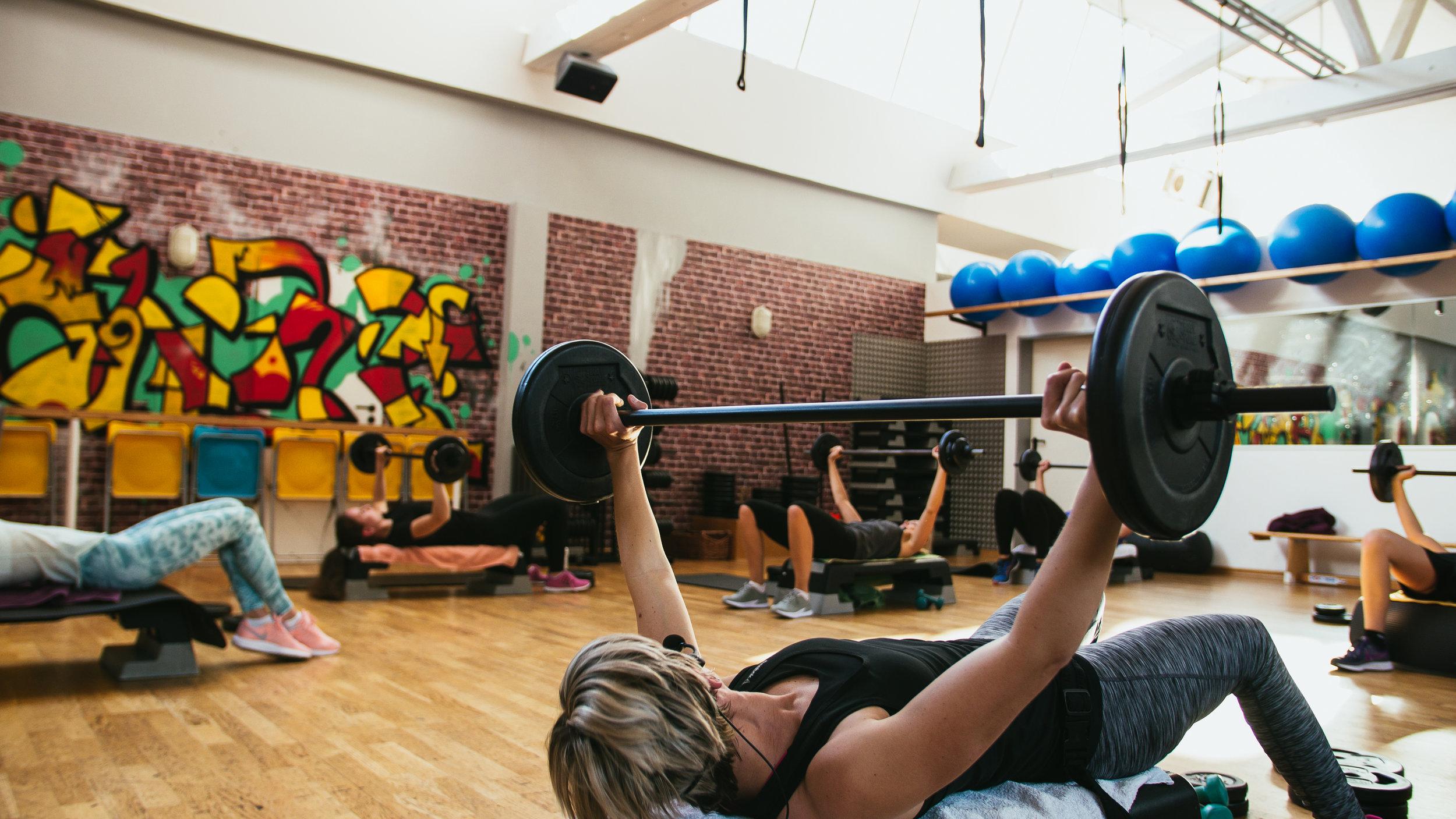 Body Pump - BODYPUMP ist das originale Langhantelprogramm zur Kräftigung, Formung und Straffung deines gesamten Körpers. Bei diesem kraftvollen Langhantel-Workout trainierst du alle Hauptmuskelgruppen mit den effektiven Gewichtsübungen, wie z.B. Squats, Presses, Lifts und Curls.Instructor: Simone, Annabelle