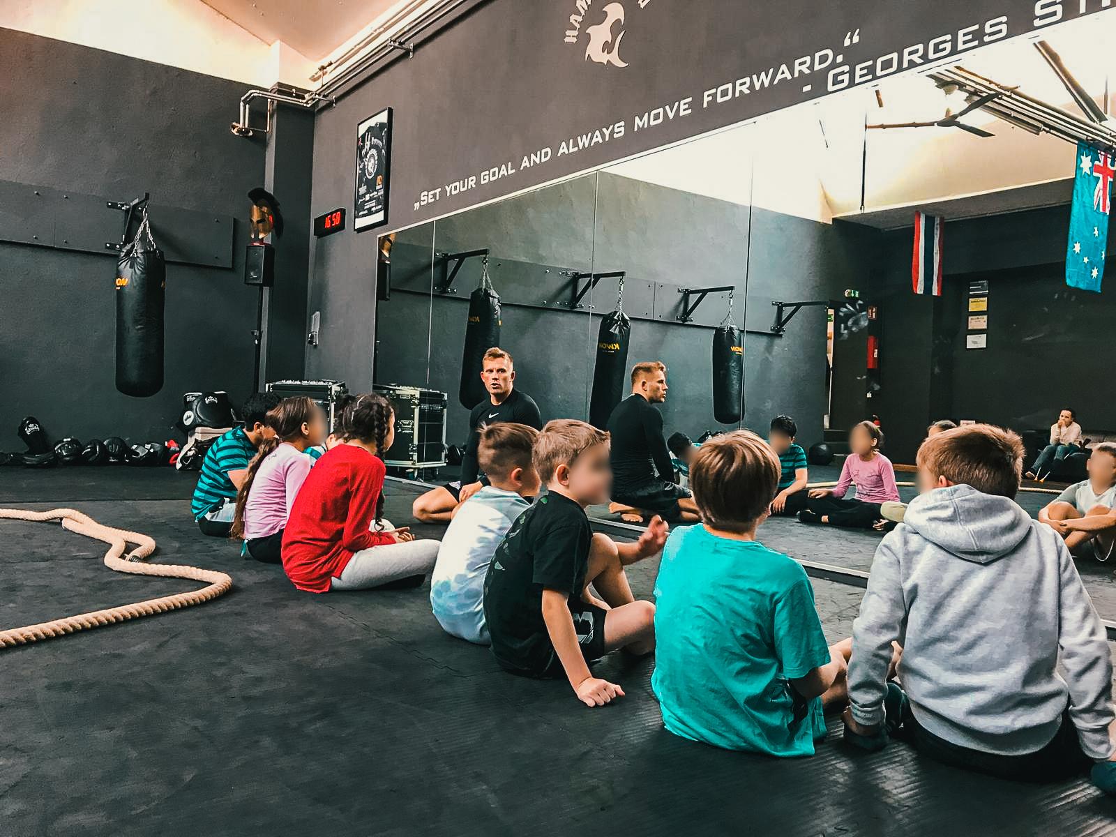 Kids class - Luta Livre / KickboxingFörderung von Selbstdisziplin sowie Respektvollen Verhalten in einem sicheren Trainingsumfeld. Steigerung der physischen und psychischen Leistung mittels spielerischer Abläufe und funktionellen Kampfsport Techniken.
