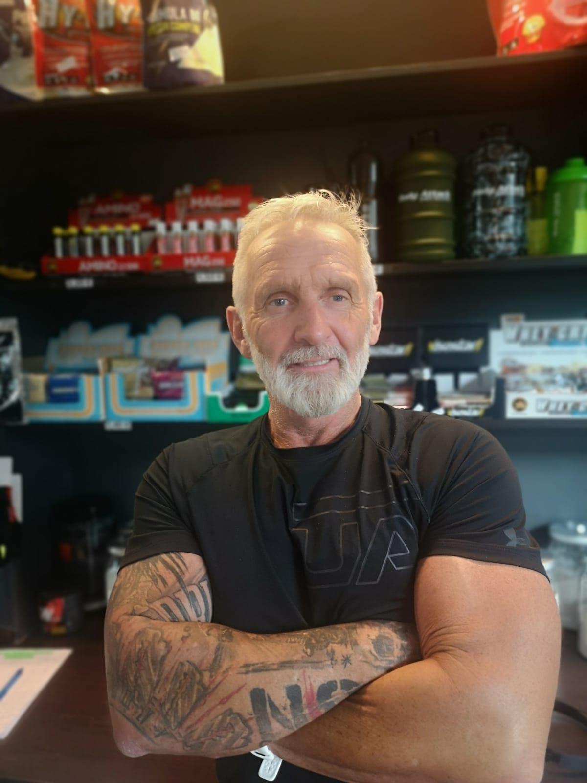 Stefan - Hey Ich bin Stefan, Inhaber des Sports In, schon seit 40 Jahren in der Fitness Branche und habe das große Glück, dass ich mein Hobby zum Beruf machen konnte. Für mich gibt es nichts größeres als jemanden die Vorteile des Fitness Trainings zu vermitteln und zu sehen wie er/sie sich mehr Lebensqualität verschafft.