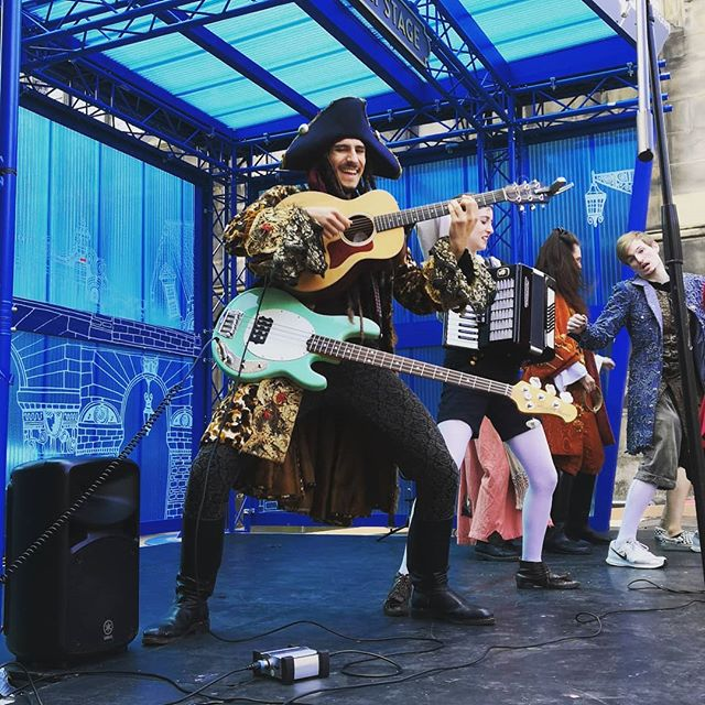 Our multi-tasking Captain rocking a quick instrument change on the Mercat Stage #actormusician #bass #guitar #pirates #edinburgh #edfringe @edfringe #edinburghfringe #EdinburghFringe2019 #musicaltheatre #musicianslife @underbellyedinburgh
