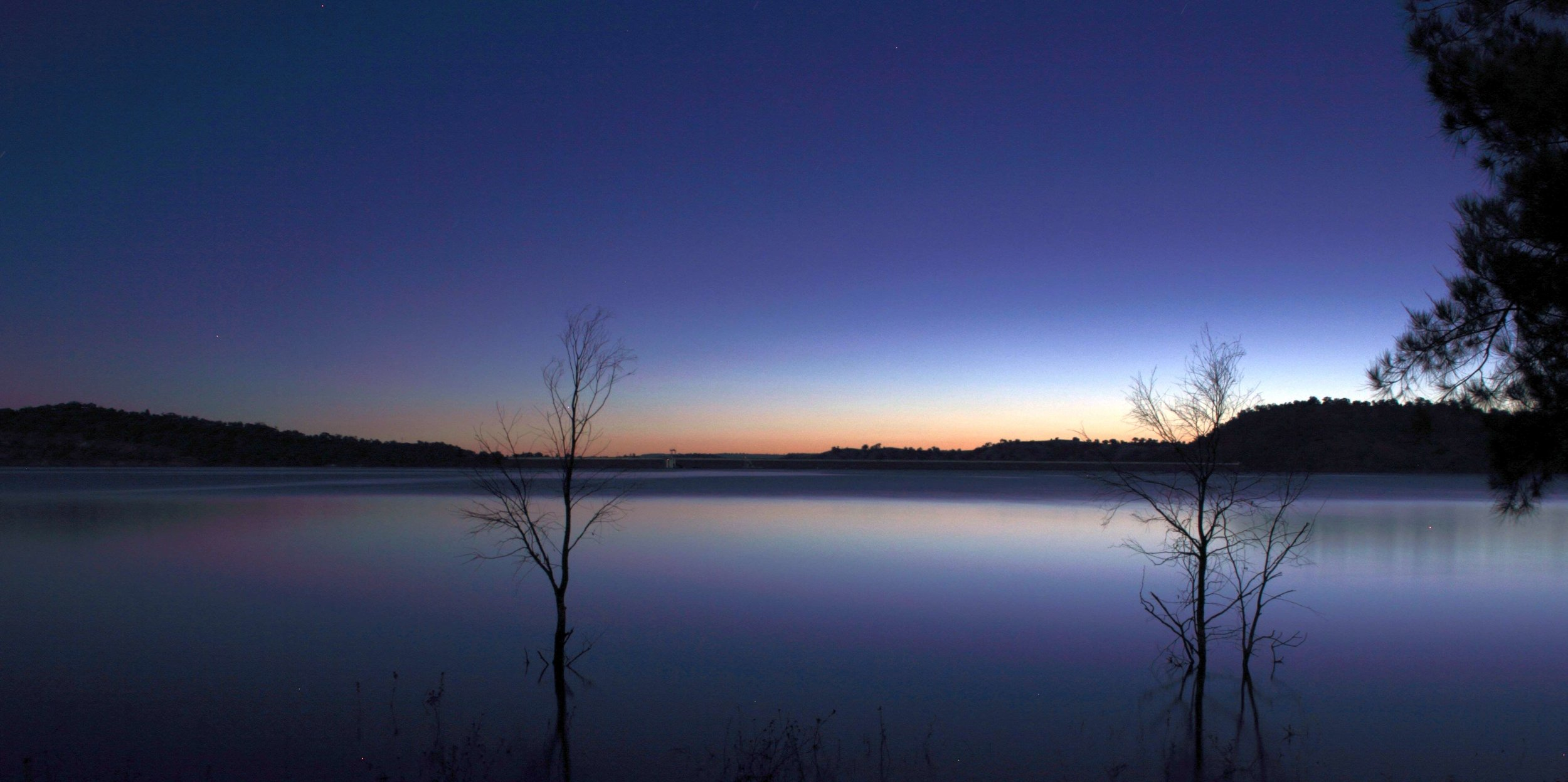 Lake_Glenbawn_at_late_sunset,_April_2013.jpg